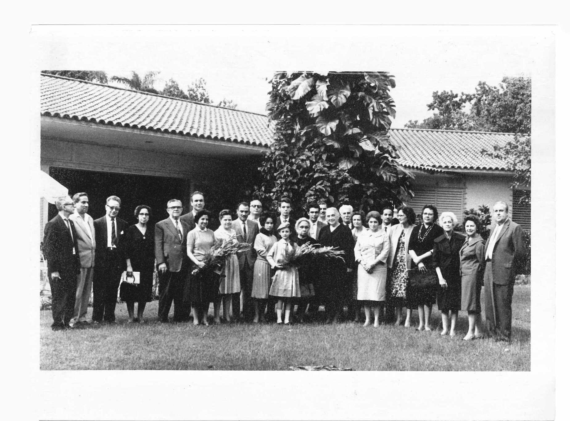 Fotografia «Visita de Dolores Ibárruri amb la pedagoga Rosa Pastora i els col·laboradors de lAsociación de Auxilio al Niño del Pueblo Español