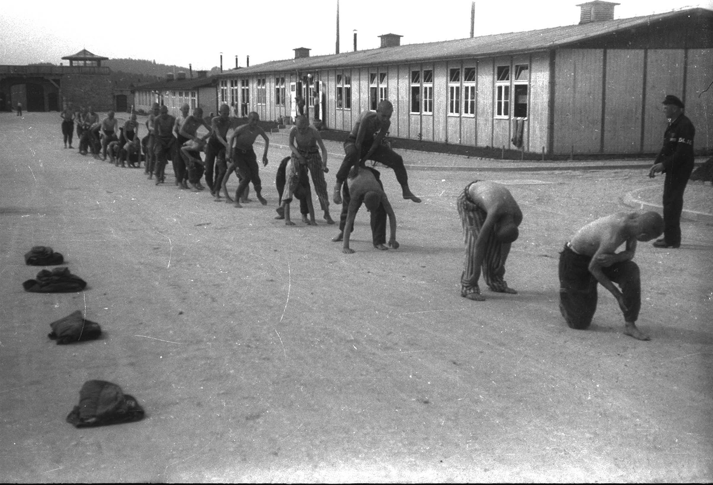 Presoners fent exercicis gimnàstics a l'Appellplatz