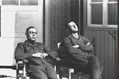 Oficials de les SS descansant al sol