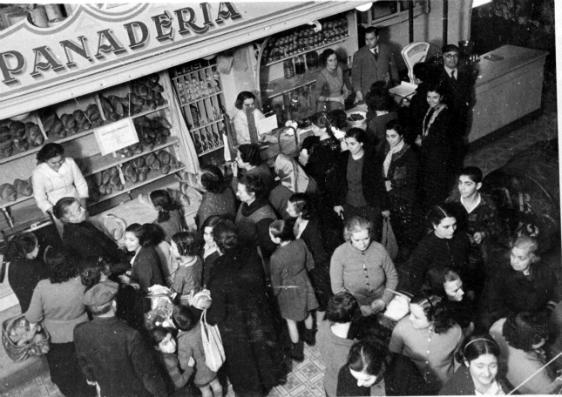 Ciutadanes comprant pa