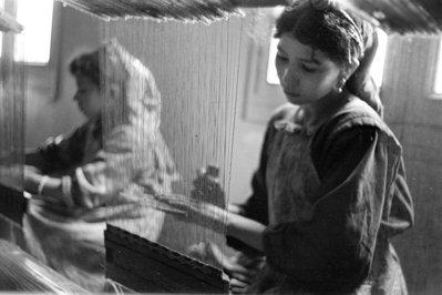 Dues dones treballant en un teler