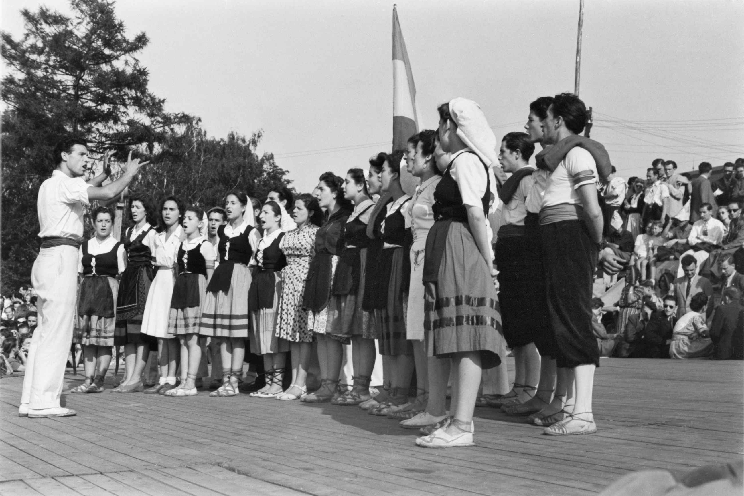 Grup de joves durant la seva actuació en el I Festival Mundial de la Joventut i dels Estudiants
