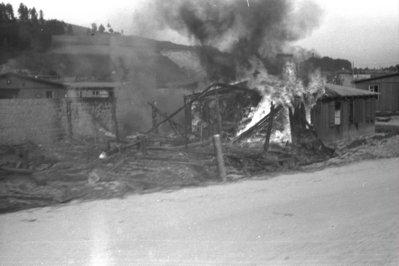 Barracó del camp rus, a Mauthausen, fotografiat mentre cremava
