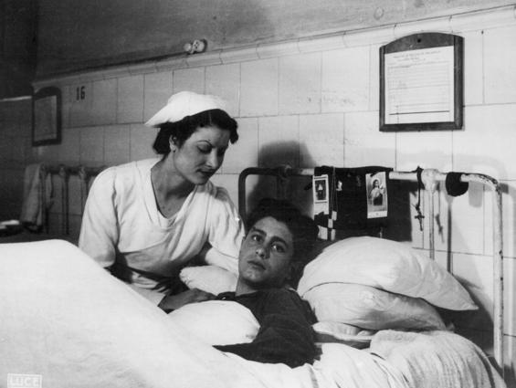 Una infermera assisteix un adolescent ferit