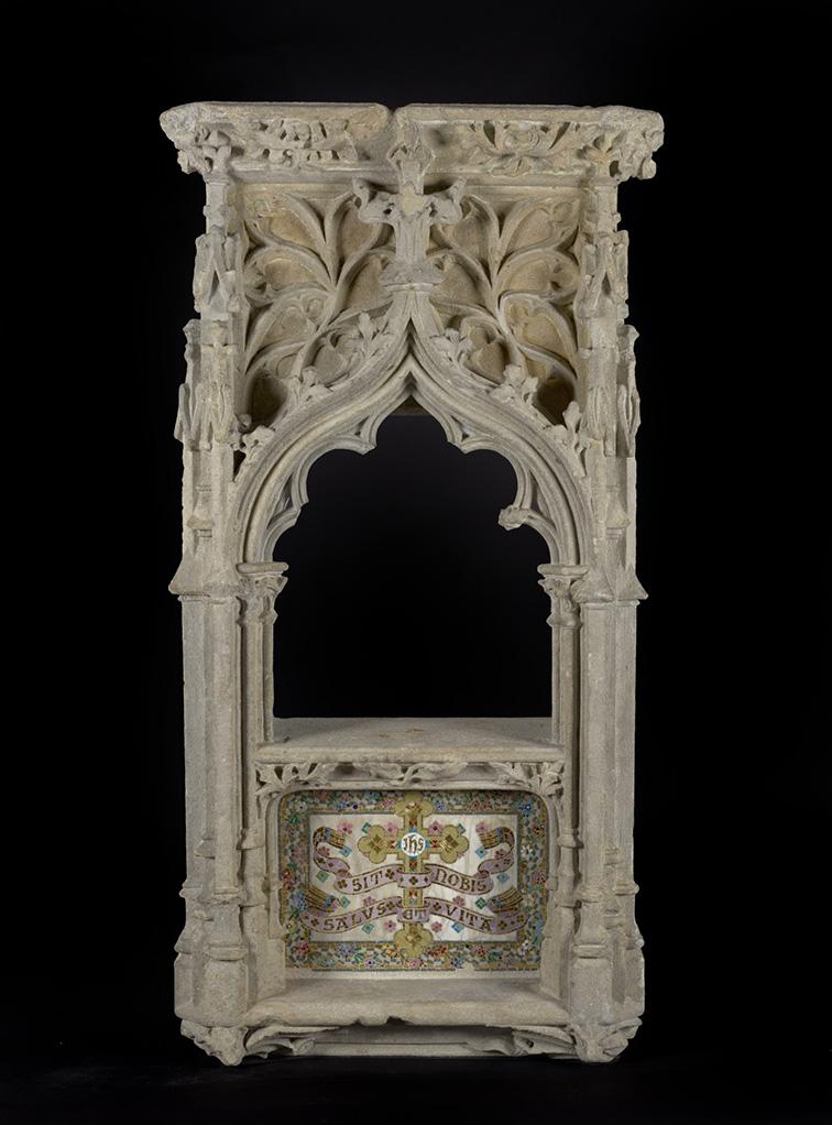 La fornícula restaurada. Destaca el mosaic fet amb trencadís a la part inferior, on llegim: Sit nobis salus et vita