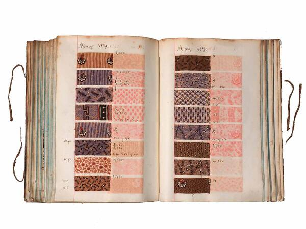 El mostrari de teixits obert mostrant una sel·lecció de teixits